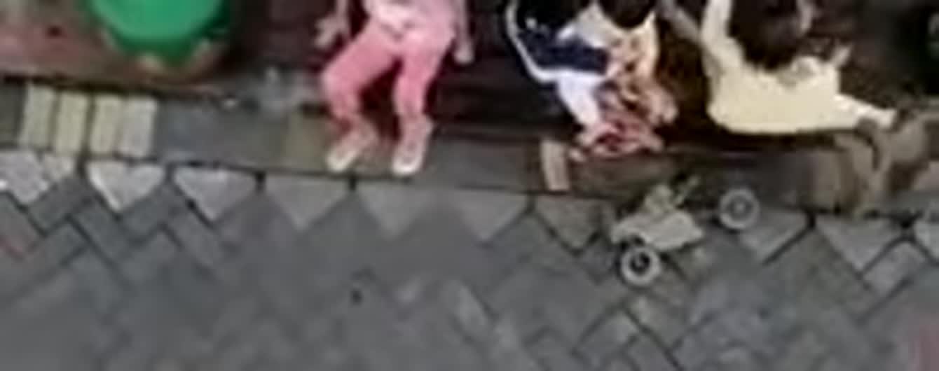 В Індонезії зробили шок-відео: мавпа на крихітному мотоциклі спробувала викрасти дитину