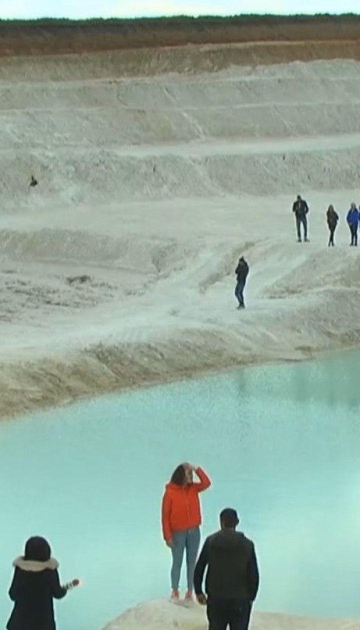 У Миколаєві після видобутку глини у кар'єрі утворилось надзвичайне блакитне озеро