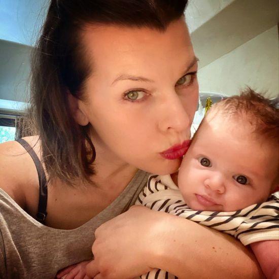 Мілла Йовович показала, як годує тримісячну донечку грудьми