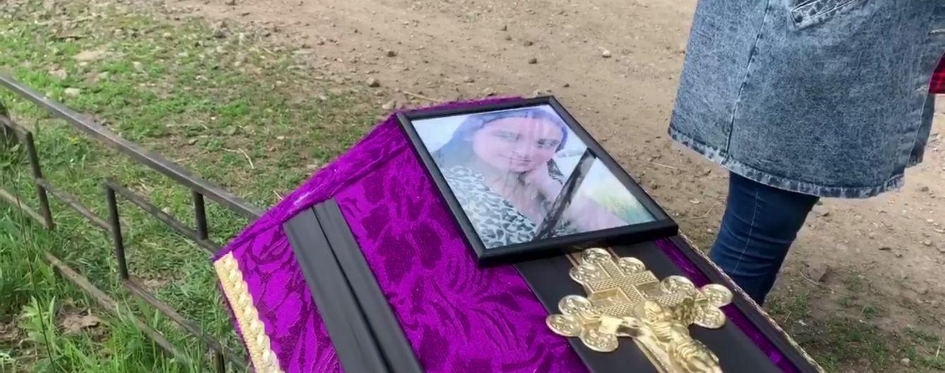 Під Харковом поховали вбиту дівчину: на похорон прийшов батько