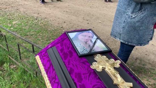 У Харкові поховали вбиту дівчину: на похорон прийшов батько