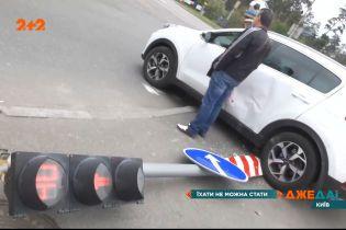 """В Киеве грузовик """"зафутболил"""" кроссовер в светофор"""