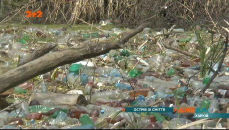 Острів зі сміття: у Жихорі, в річці Уда утворився сміттєвий затор