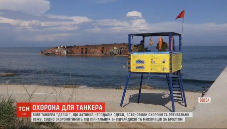 """Біля танкера """"Делфі"""", що затонув неподалік Одеси, встановили рятувальну вежу"""