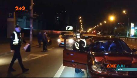 В Киеве, во время оформления ДТП с пьяным водителем, копы поймали еще двух хмельных за рулем