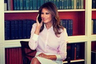 У світло-рожевій сорочці і на тлі книжок: ніжний аутфіт Меланії Трамп