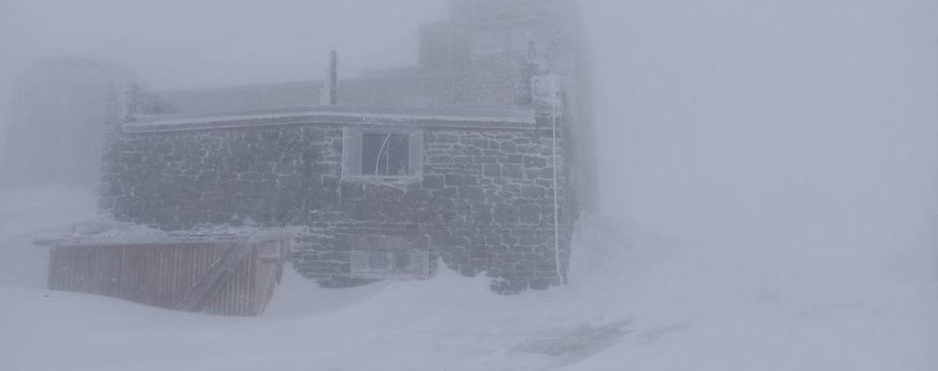 Карпати замело снігом в останній день весни: фото хуртовини