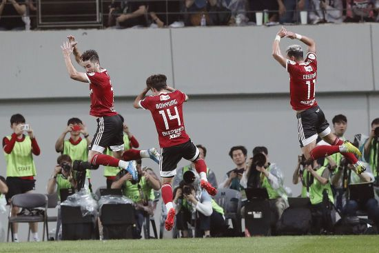 Футболістам у Південній Кореї заборонили розмовляти під час матчів