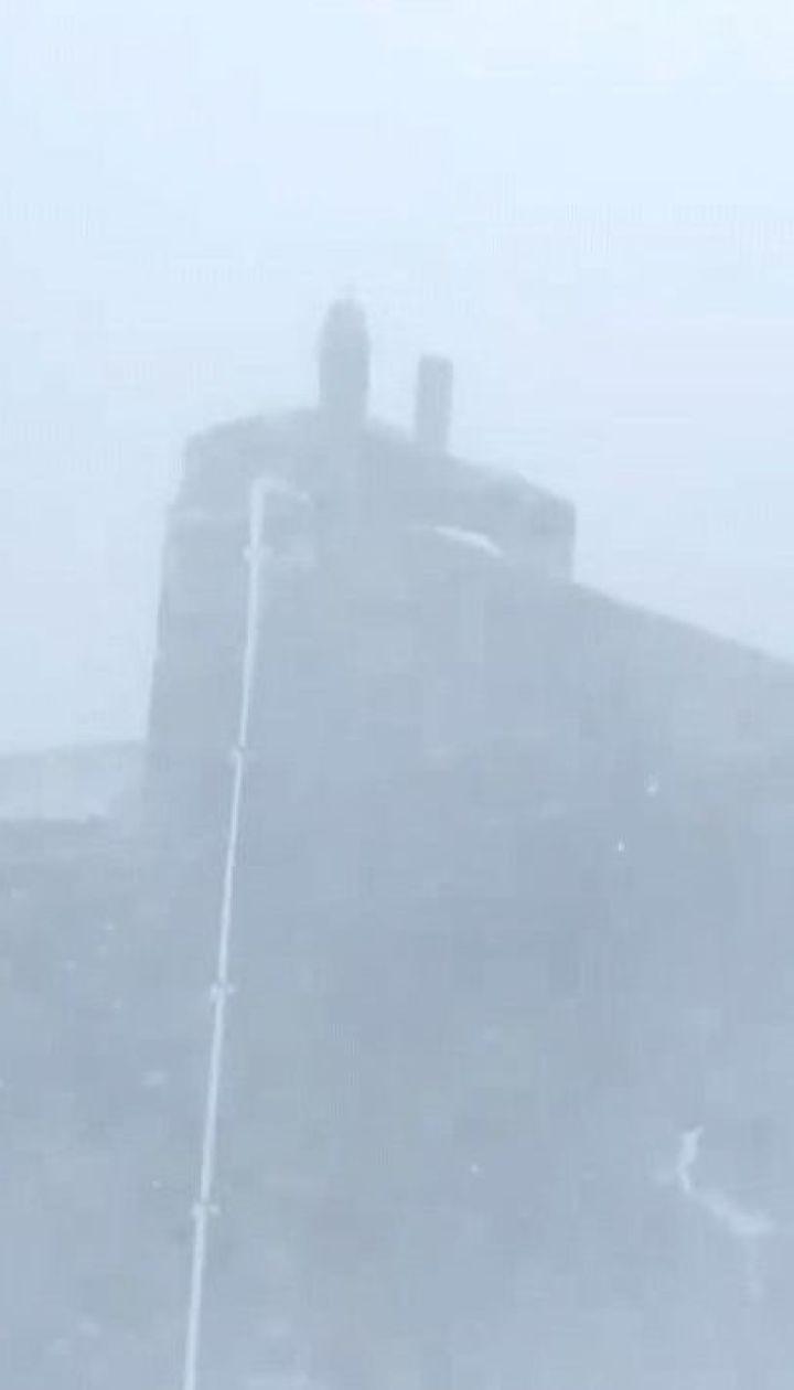 15-сантиметровый слой снега намело на горе Поп Иван в Карпатах