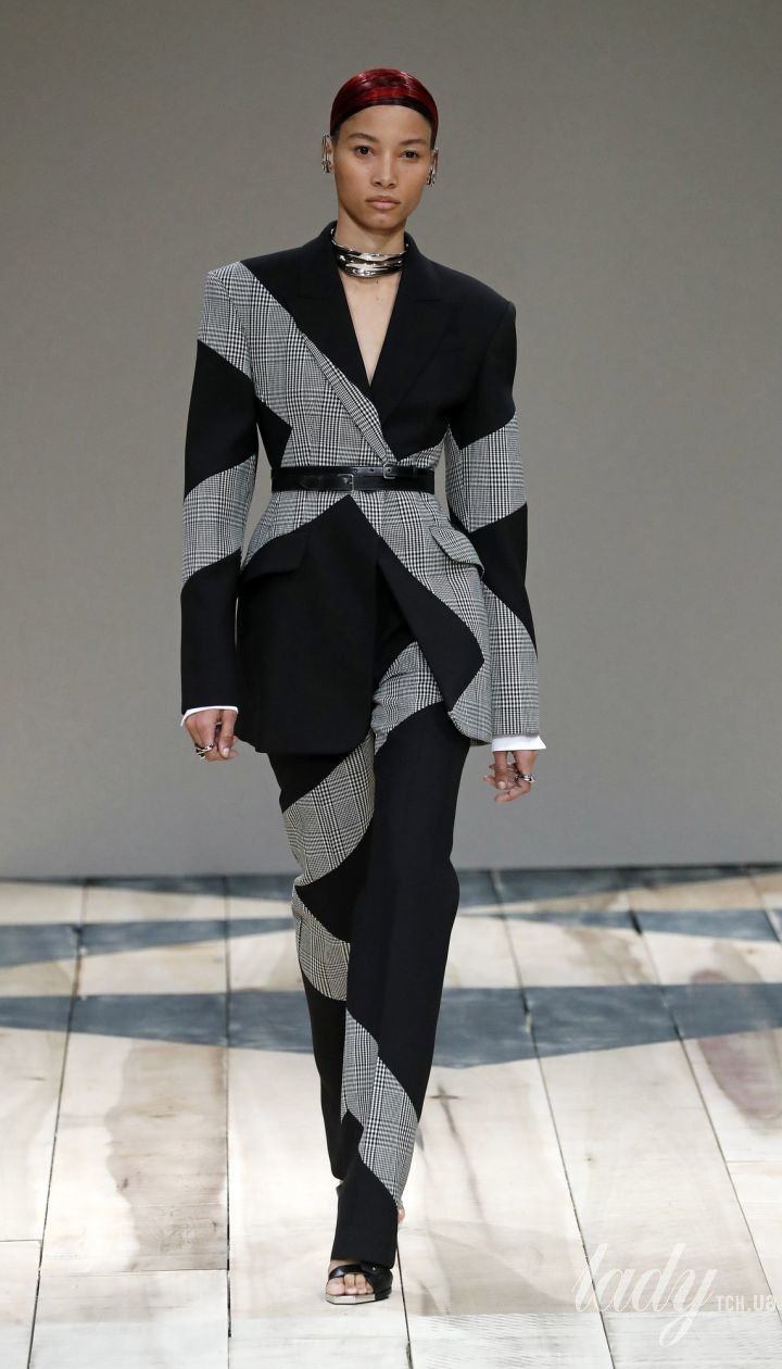 Колекція Alexander McQueen прет-а-порте сезону осінь-зима 2020-2021 @ East News
