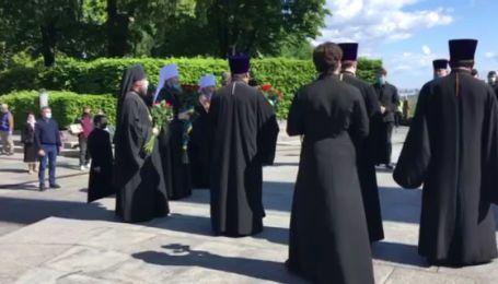 Делегація з Лаври на чолі з Онуфрієм та Новинським прийшли до Парку Вічної Слави на акцію 9 травня