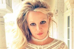 У золотому купальнику посеред пустелі: Брітні Спірс показала оновлену сексуальну обкладинку свого альбому