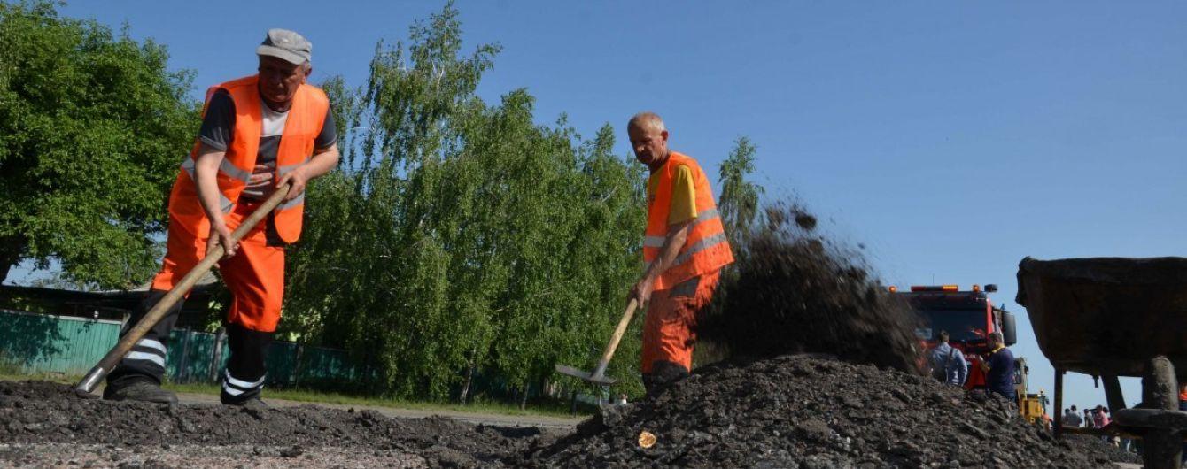У Хмельницькій області під час ремонту дороги робітника живцем засипало землею