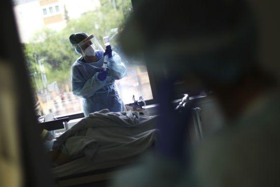 """Шмигаль назвав бюрократичну причину, чому медикам не виплатили """"коронавірусних"""" надбавок"""