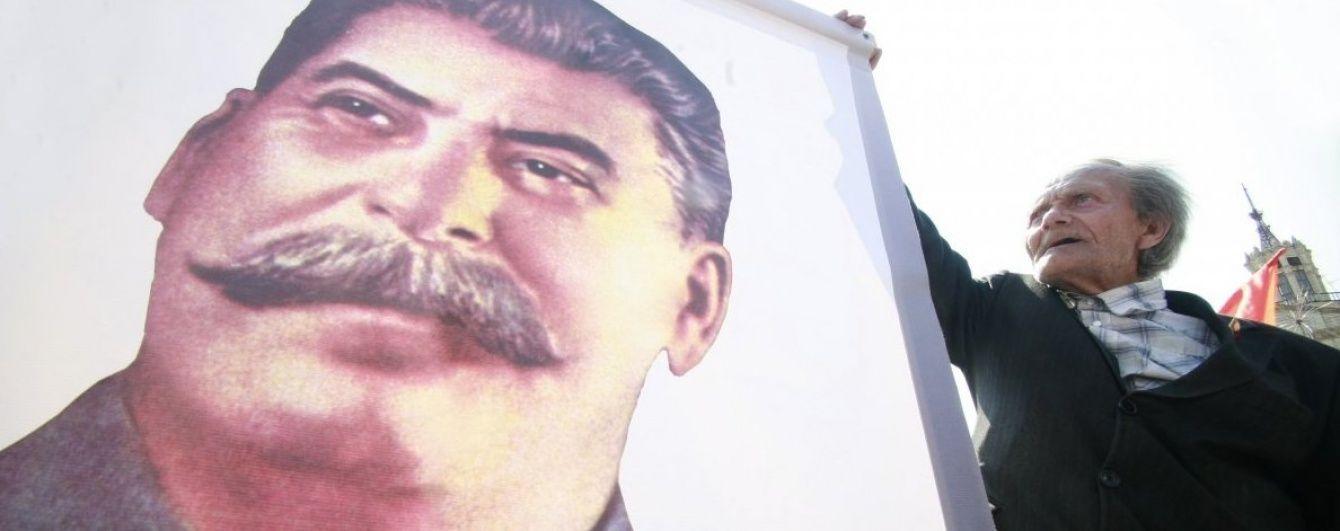 Окупанти підняли над анексованим Кримом портрети Сталіна і Жукова до річниці депортації кримських татар