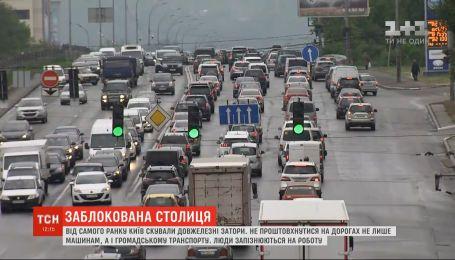 Непроїзні проспекти та знервовані водії: від самого ранку Київ скували довжелезні затори