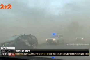 На Прикарпатье сильный штормовой ветер поднял стену из пыли и земли