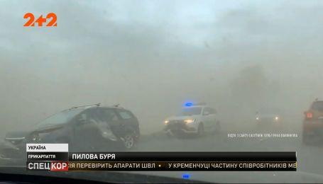 На Прикарпатті сильний штормовий вітер підняв стіну з пилу та землі