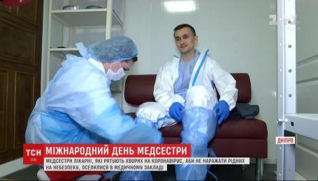 Поселяются в медучреждениях: как медсестры работают во время эпидемии вируса