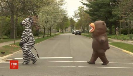 Динозаври у Детройті: любителі надувних костюмів влаштували парад, аби підбадьорити містян