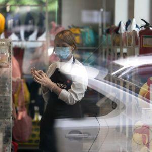 Авіаперельоти та відкриття залів ресторанів: Шмигаль назвав дати нових послаблень карантину в Україні