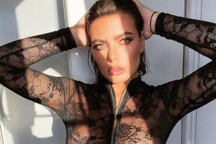 Смело: 26-летняя британская модель в кружевном комбинезоне блеснула сосками