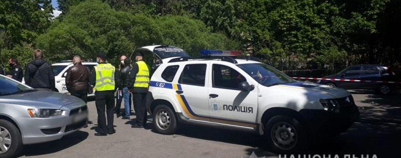 У Києві біля храму сталася стрілянина - поранено чоловіка