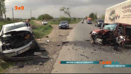 Водитель хотел на ходу выпить кофе и в результате вызвал лобовое столкновение