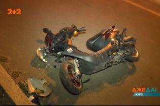 Водій не помітив на дорозі мотоцикліста та відправив бідолаху в лікарняне ліжко