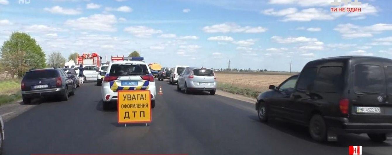 У Рівненській області легковик влетів у вантажівку: є загиблі