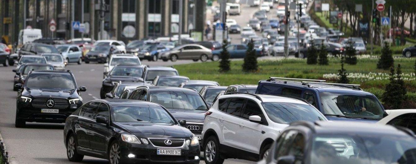 Из-за пробок в Киеве сотни людей на остановках ждут транспорт часами