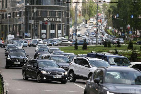 Через затори в Києві сотні людей на зупинках чекають транспорт годинами