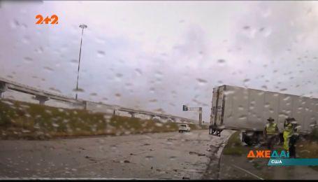 В Техасе в один кювет слетели сразу две фуры