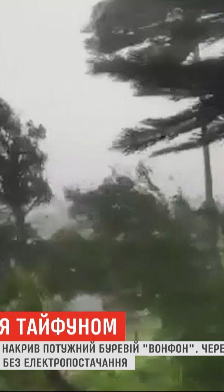 """На восточные территории Филиппин обрушился мощный тайфун """"Вонфон"""""""
