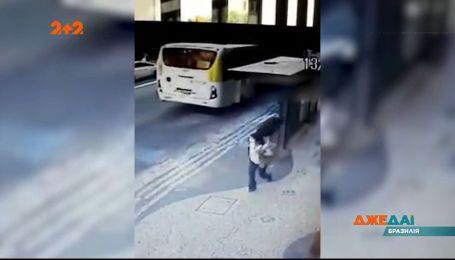 В Бразилии прохожей на улице в голову полетело колесо, которое отвалилось на ходу