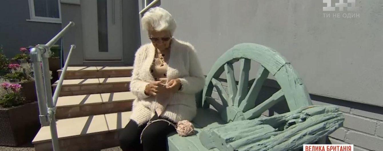 Британська 91-річна пенсіонерка зв'язала на спицях макет лікарні, де лікують хворих на коронавірус