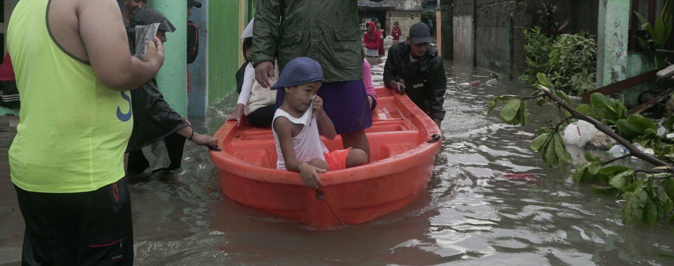 На Филиппины, где действует строгая изоляция из-за коронавируса, обрушился мощный тайфун
