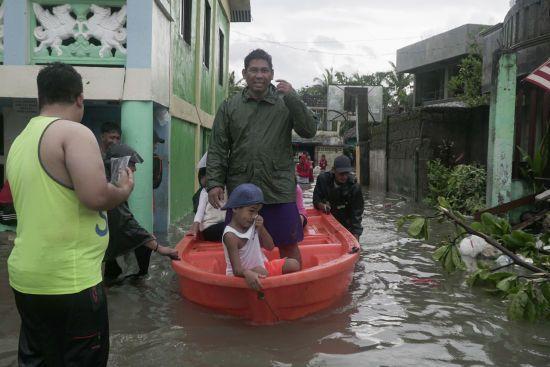 На Філіппіни, де діє сувора ізоляція через коронавірус, налетів потужний тайфун