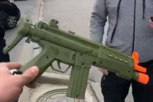 В Харькове несколько экипажей полиции задерживали машину с вооруженным игрушечным автоматом ребенком