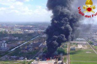 Вблизи Венеции произошел взрыв на химическом заводе: столб дыма виден за десятки километров