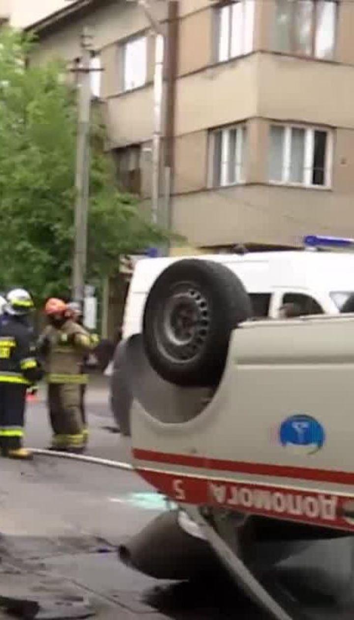 В Ивано-Франковске карета скорой столкнулась с авто и перевернулась на крышу, есть пострадавшие