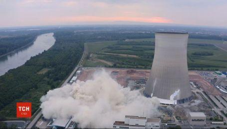 На атомной электростанции Германии зрелищно взорвали старые охладительные башни