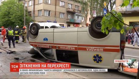 Масштабная авария в Ивано-Франковске: карета скорой столкнулась с авто и перевернулась на крышу