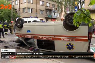 """Масштабна аварія в Івано-Франківську: """"швидка"""" зіткнулася з мінівеном і перекинулася на дах"""