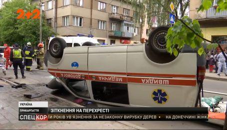 """Масштабная авария в Киеве: """"скорая"""" столкнулась с минивэном и перевернулась на крышу"""