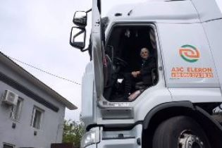 Закарпатская бабушка пересела с кабриолета на бензовоз