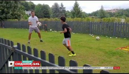 Уроки футболу і створення нових хітів – що роблять зірки на карантині
