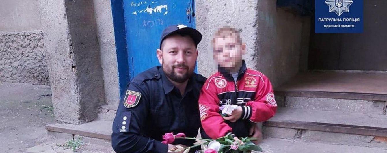 Пошел за цветами маме и потерялся: в Одессе патрульные вернули домой пятилетнего малыша