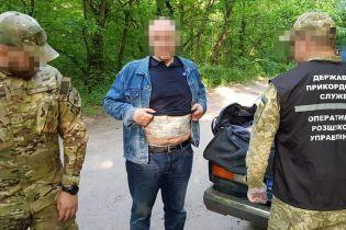 Примотав гроші скотчем до живота: на Донбасі затримали чоловіка із 800 тисячами гривень готівки
