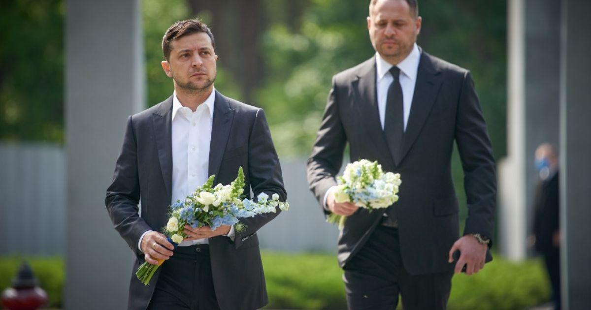 Зеленский возложил цветы к братской могиле и почтил память жертв политических репрессий